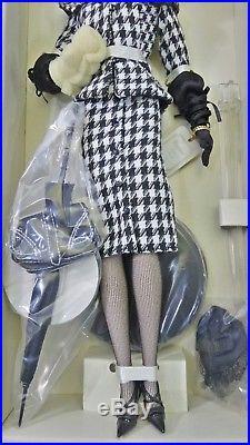Barbie Walking Suit Silkstone Doll Gold Label Coleccion W3424 Mattel Fashion